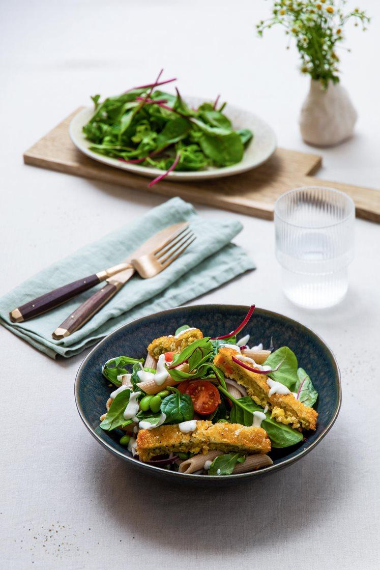 Sommersalat med pasta, vegetarschnitzler, flerfargede tomater og sennepsvinaigrette