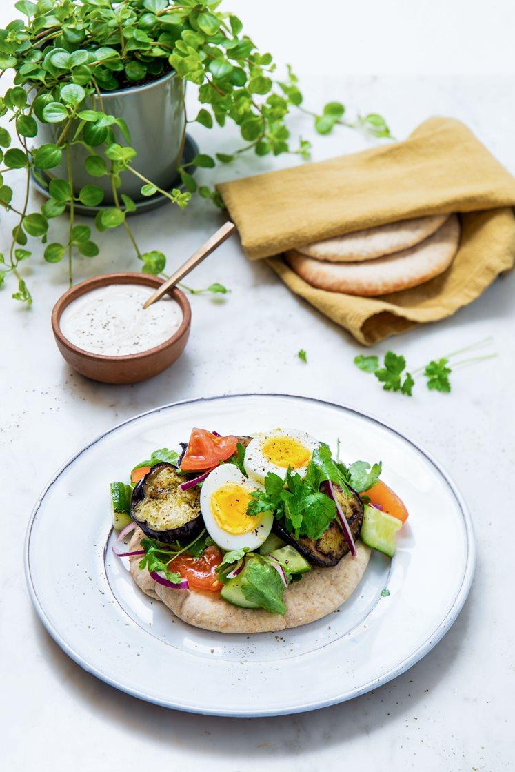 Sabich – Israelsk pita med salat, fetaost, egg, stekt aubergine og tahinisaus