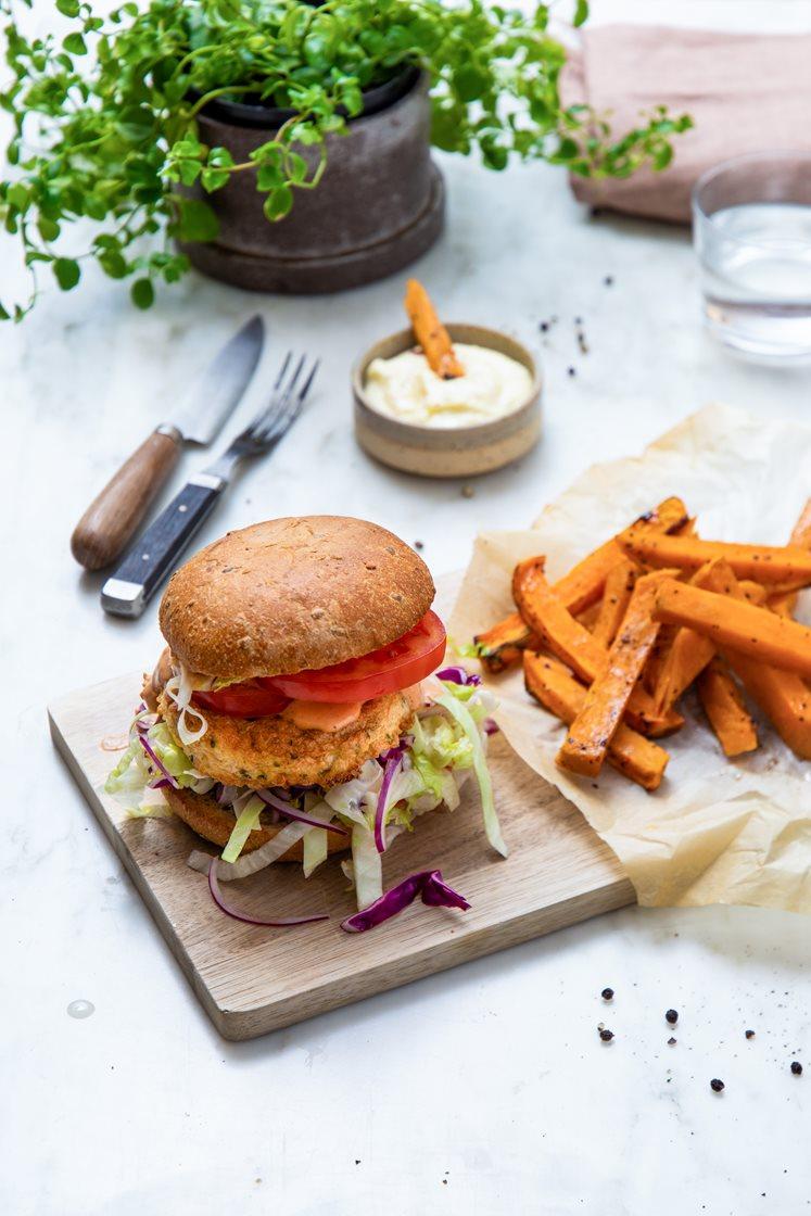 Fiskeburgere med syrlig kålsalat og ranchdressing, servert med sitrusbakte søtpotetstaver