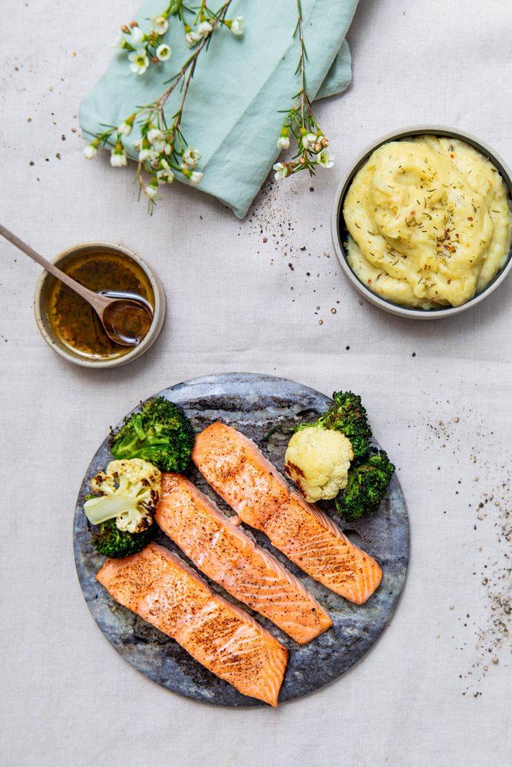 Laksefilet med ovnsbakte grønnsaker, potetmos og soyasmør