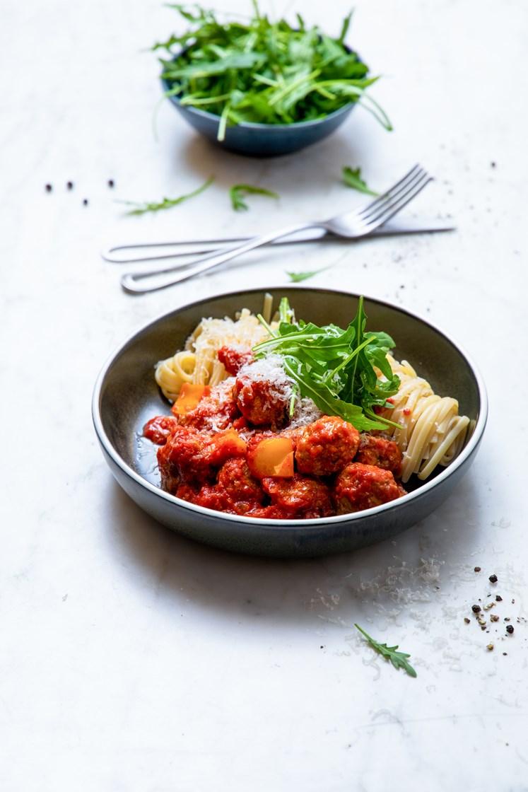 Middelhavskjøttboller i tomatsaus med urter, linguine og ruccola