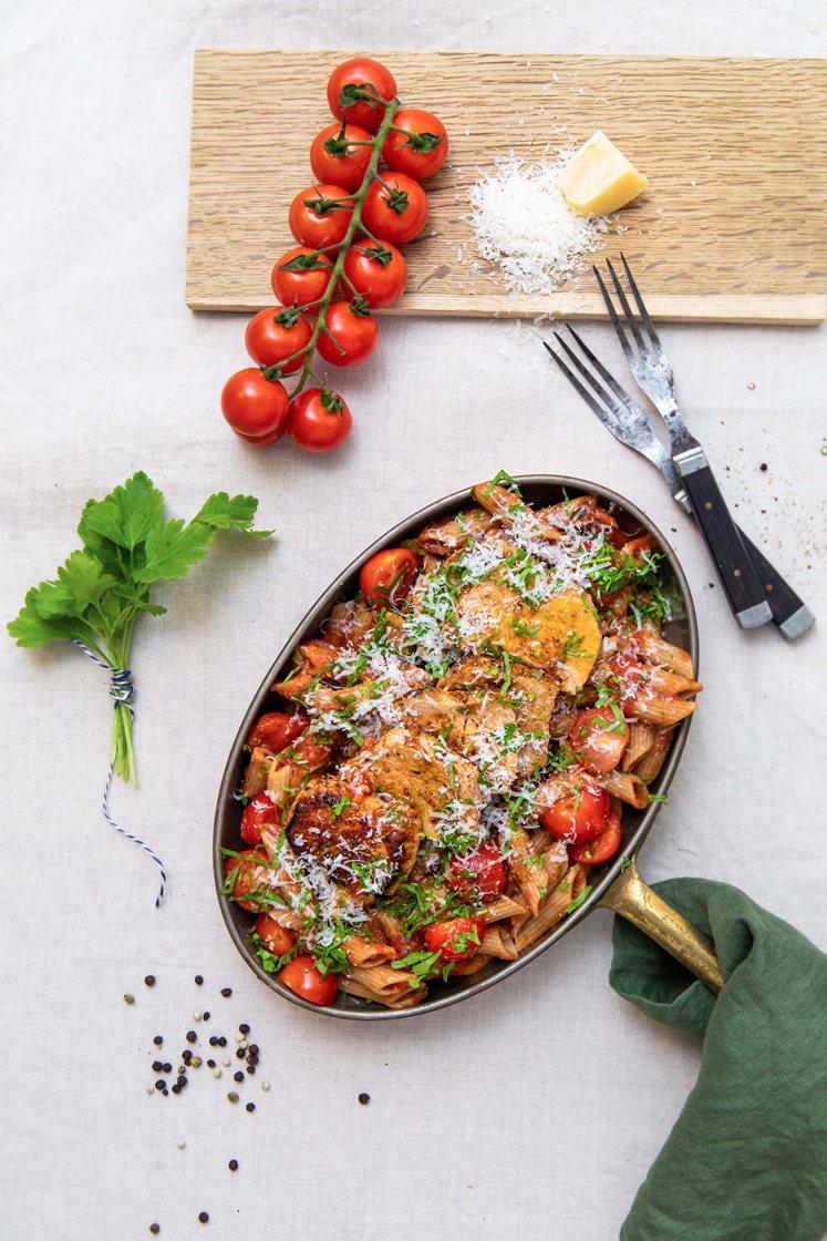 Sitruskrydrede svinemedaljonger med pasta arrabiata, cherrytomater og bladpersille