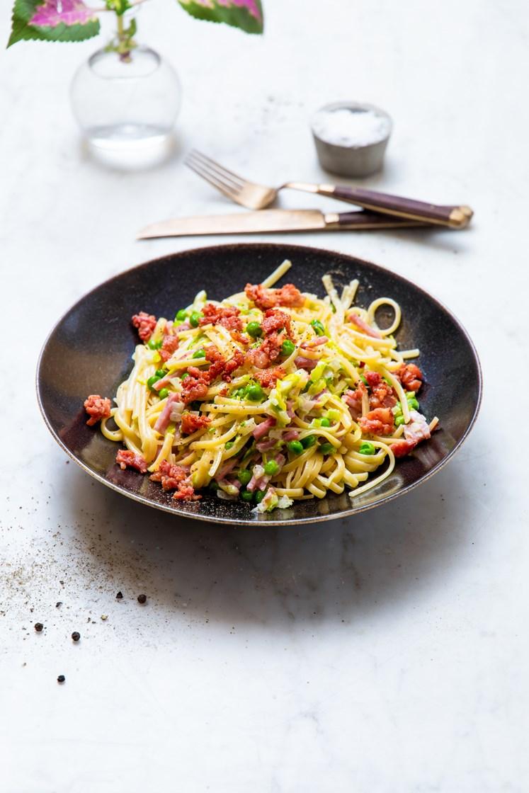 Pasta linguine i fløtesaus med bacon, skinke og grønne erter