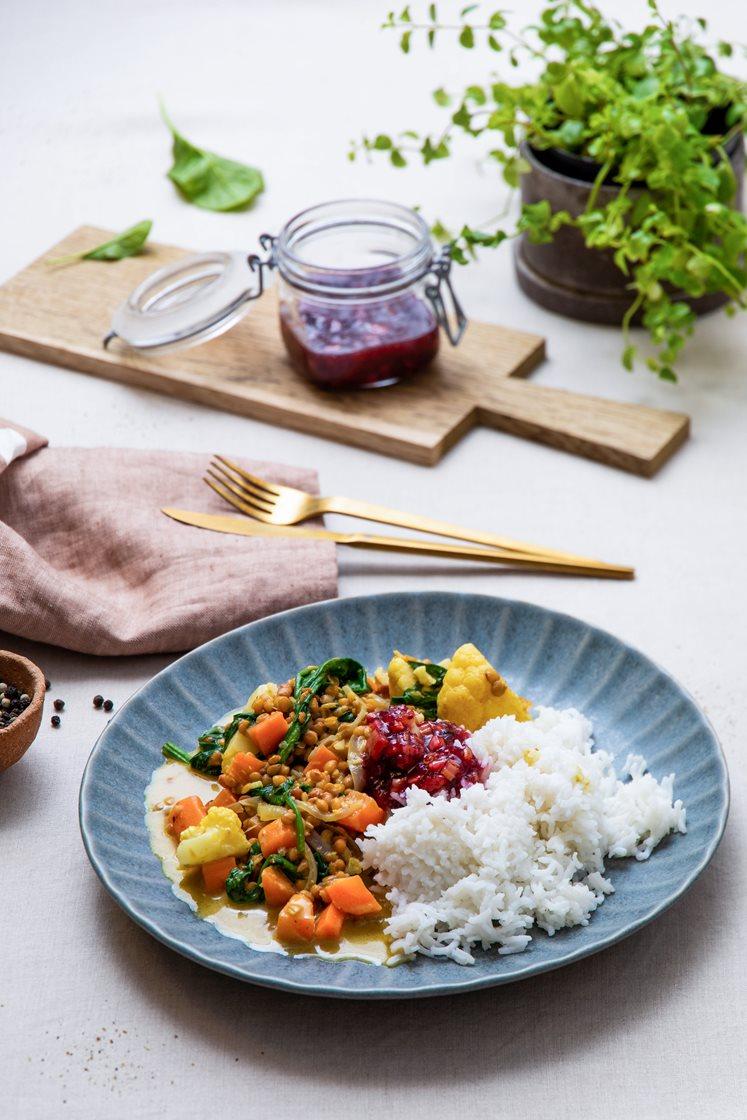Indisk korma med blomkål og spinat, servert med basmatiris og rabarbrachutney