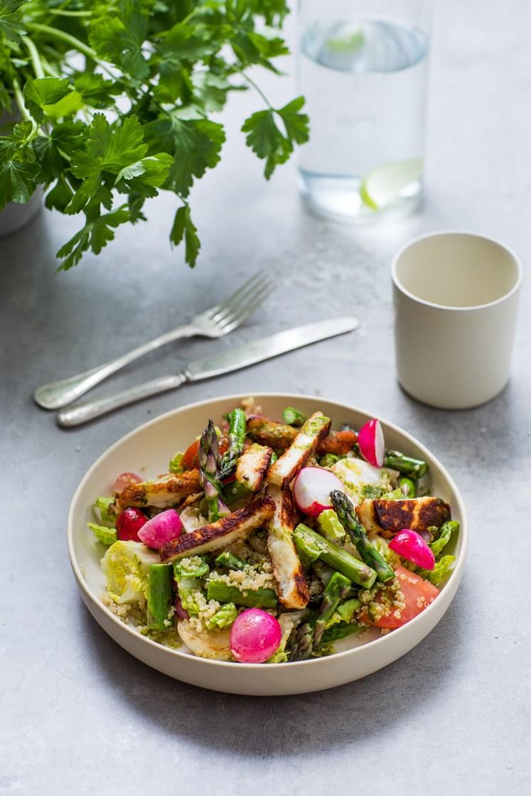 Grillet primørsalat med quinoa og halloumiost, servert med salsa verde