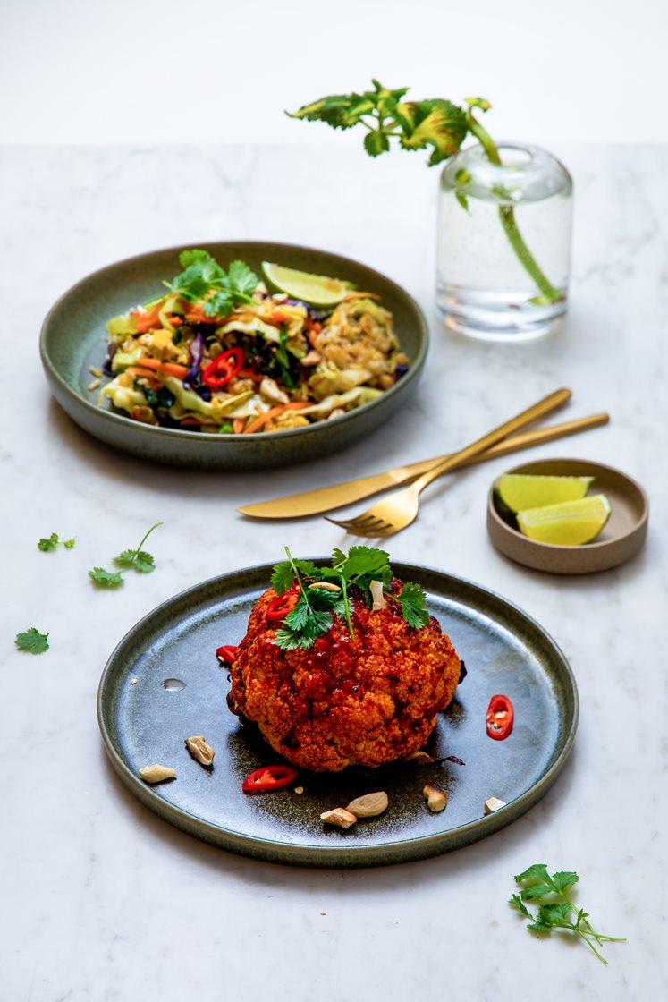 Helstekt chiliglasert blomkål med stekt ris, lime og koriander