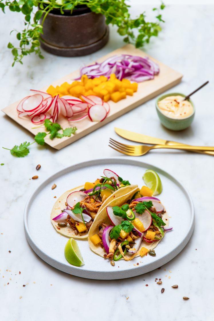 Meksikanske street food-tacos med pulled pork og friske grønnsaker, servert med chilimajones og lime