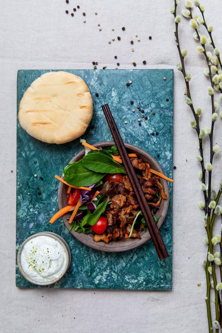 Grillet gyroskjøtt med frisk råkostsalat, tzatzikidressing og varme brød