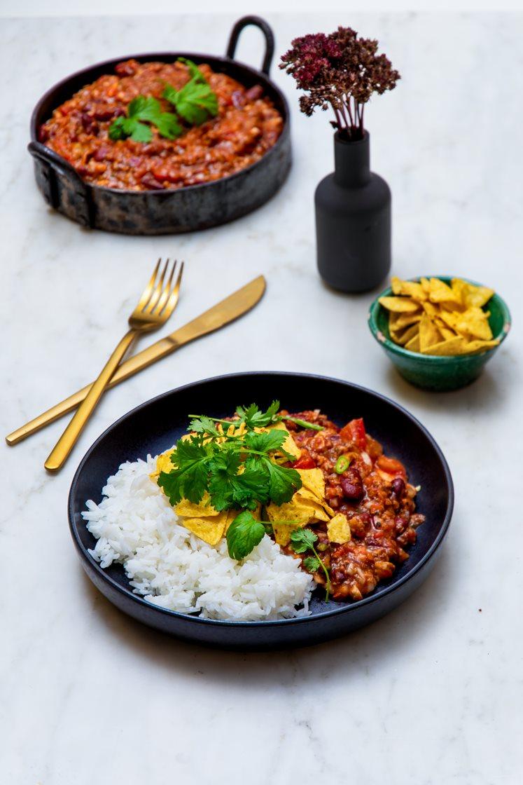Rask chili con carne med jasminris, tortillachips, lettrømme, koriander og lime