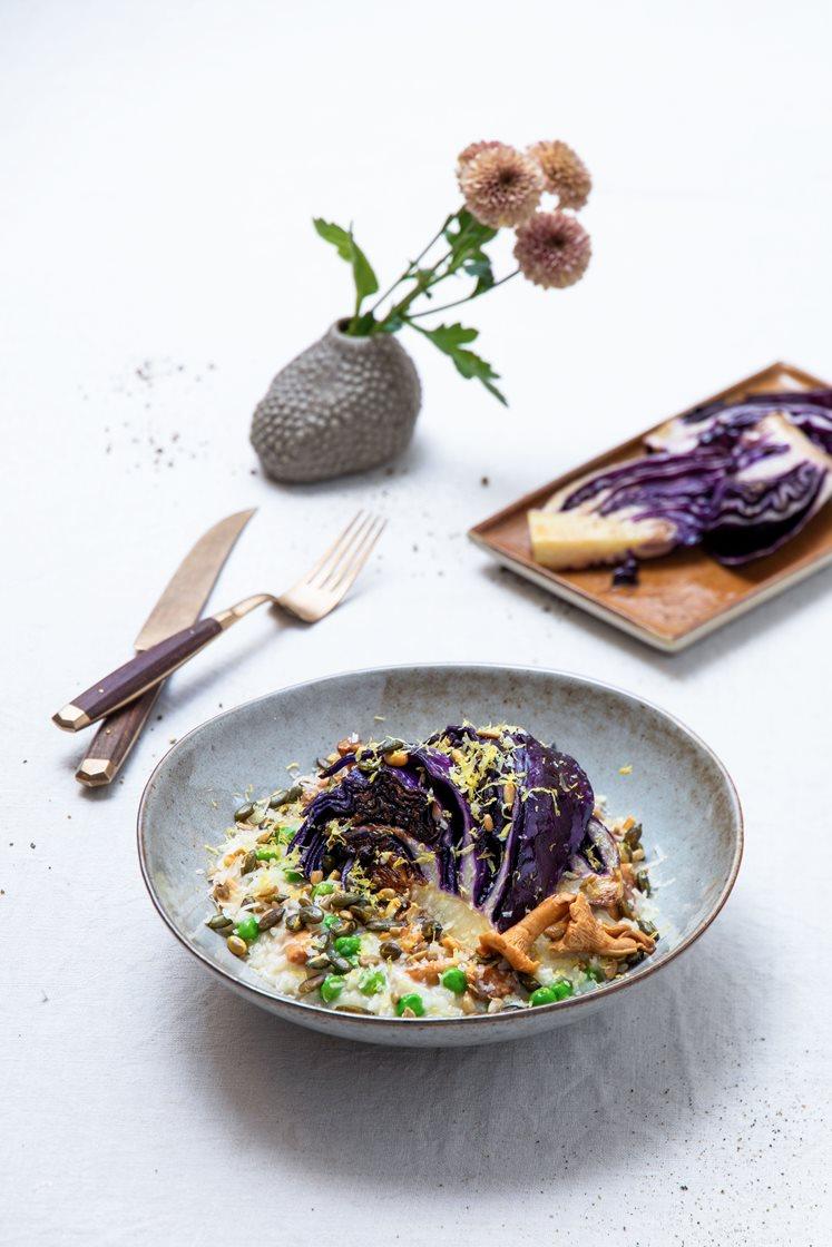 Kantarell- og erterisotto, servert med smørstekt rød spisskål og Grande Premium-ost