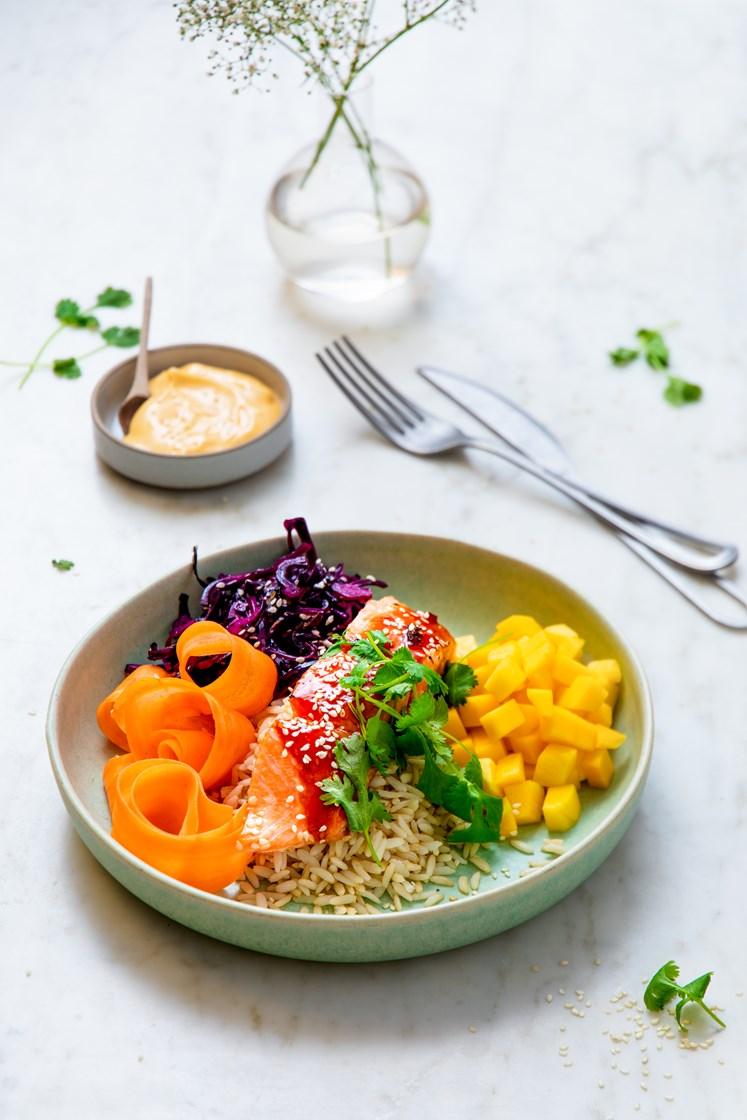 Bowl med teriyakibakt laks, frisk mango, syrlig rødkål og chilimajones