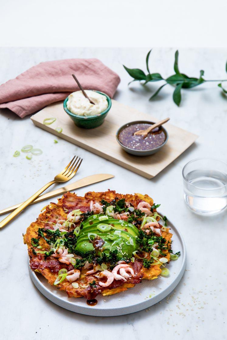 Okonomiyaki - japanske pannekaker med bacon og reker, toppet med avokado, aioli og crispy grønnkål