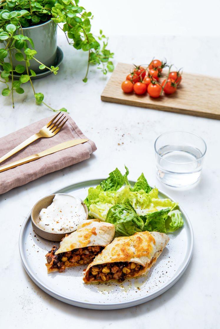 Enchiladas med svinekjøttdeig, tomatsalsa og mozzarella, servert med frisk salat