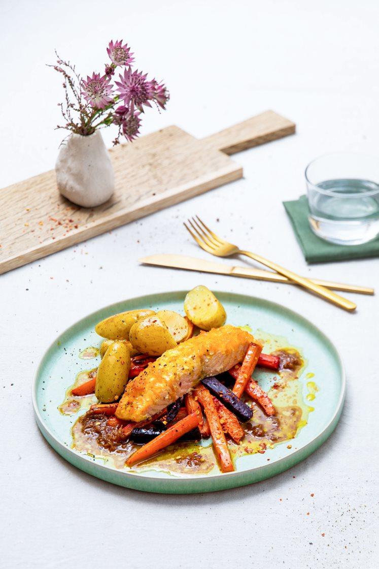 Appelsin- og honningbakt laksefilet med chilikrydrede rotgrønnsaker og ingefær- og soyasmør