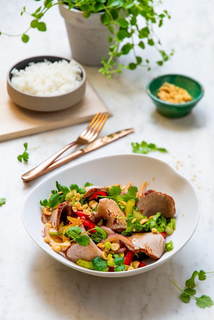 Thaisalat med helstekt indrefilet av svin, peanøtter og jasminris