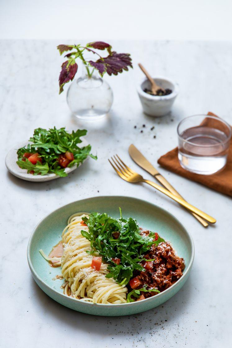 Rask pasta bolognese med tomat- og ruccolasalat, pinjekjerner og Grana Padano