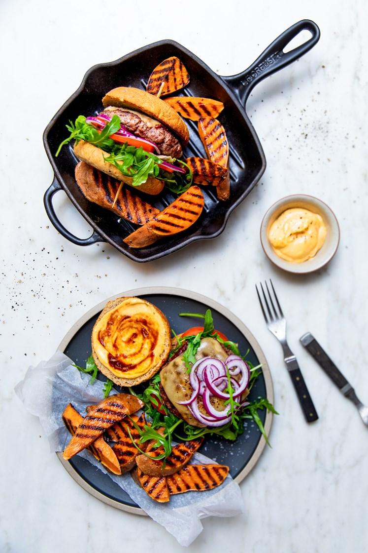 Barbecueburgere med ost, chilimajones og grillede søtpoteter