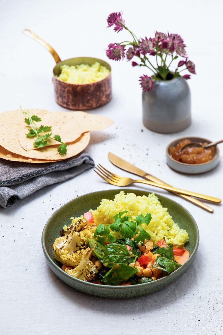 Rask indisk gryte, servert med basmatiris og koriandermarinert blomkål