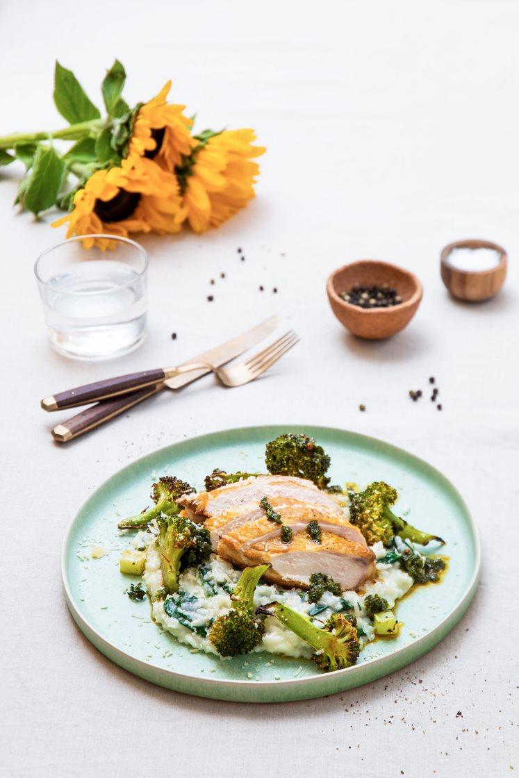 Sprøstekt kyllingbryst med spinatrisotto, smørbakt brokkoli og salsa verde