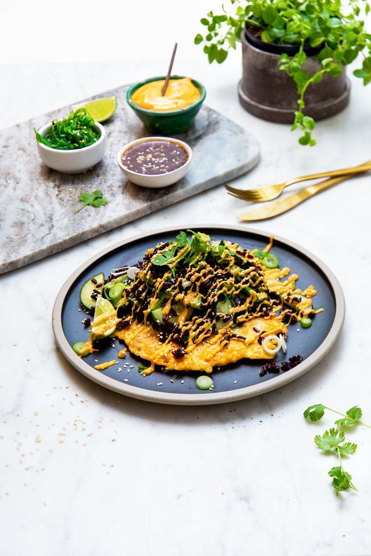Okonomiyaki – japanske pannekaker og sort rissalat med wakame, toppet med sesamfrø, vårløk og chilimajones