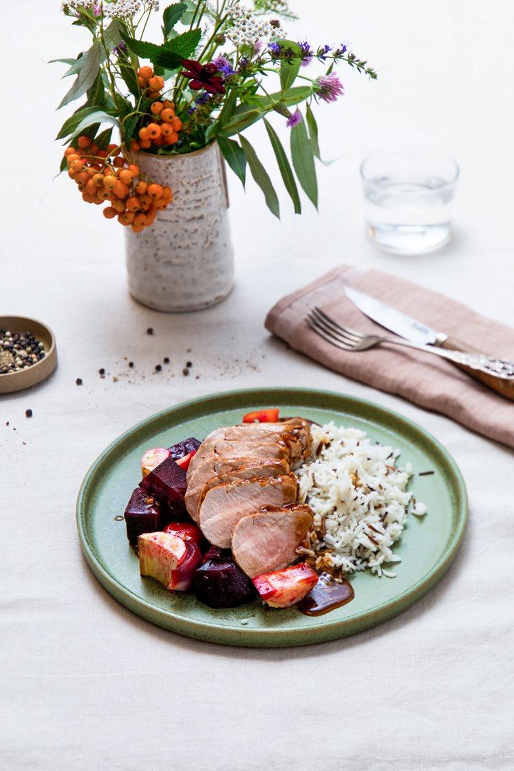 Helstekt ytrefilet av svin med soyamarinade, ovnsbakte rotgrønnsaker, villris og teriyakisaus