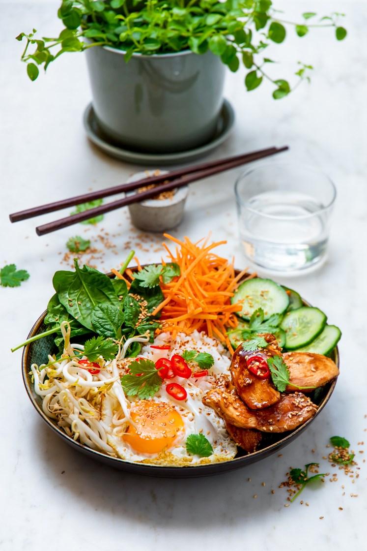 Bibimbap med soya- og ingefærstekt kylling, lettsyltet agurk, spinat, bønnespirer og speilegg