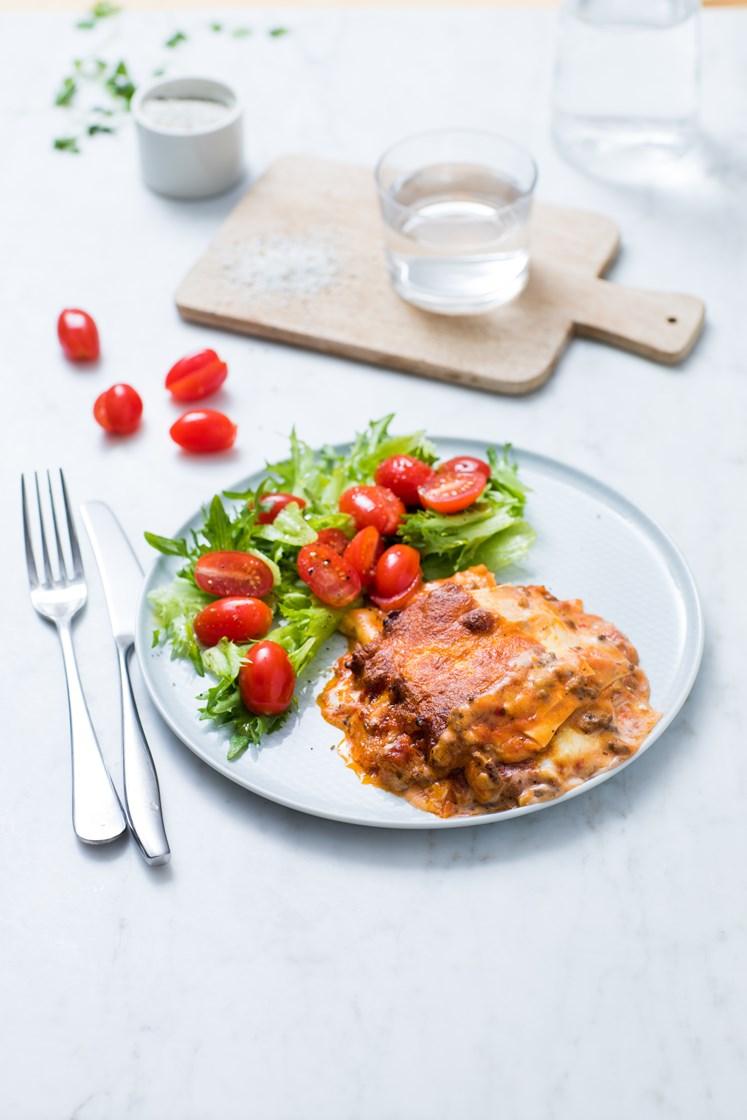 Hjemmelaget lasagne med fersk timian og ruccola- og tomatsalat