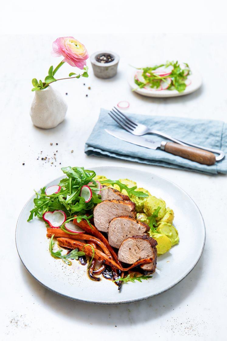 Helstekt indrefilet av svin med balsamicobakte gulrøtter, potetsalat med ramsløk og frisk reddiksalat