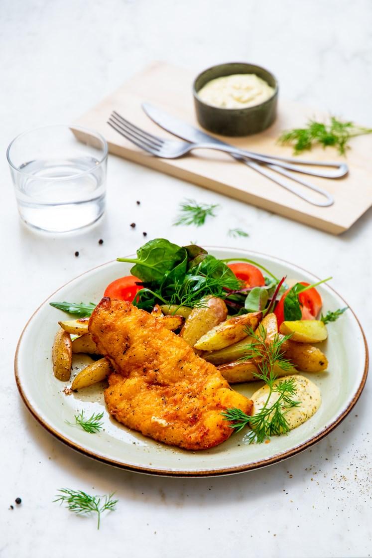 Urtepanert flyndrefilet med grove fries, blandet salat, remulade og sitron
