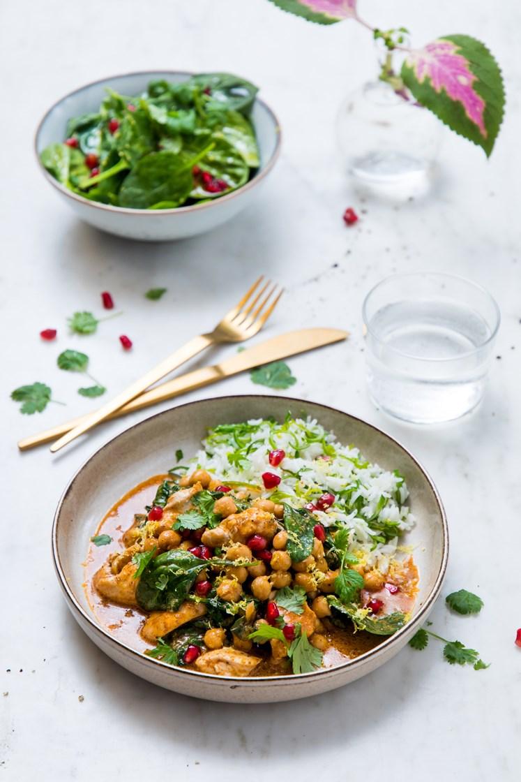 Indisk butter chicken- og kikertgryte med stekt løkris og spinat- og granateplesalat